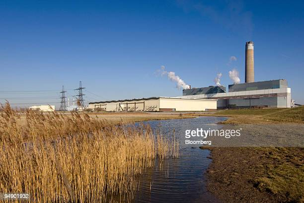 Kingsnorth Power Station stands on the River Medway estuary near Rochester Kent UK on Sunday Feb 10 2008 Plans have been submitted by electricity...