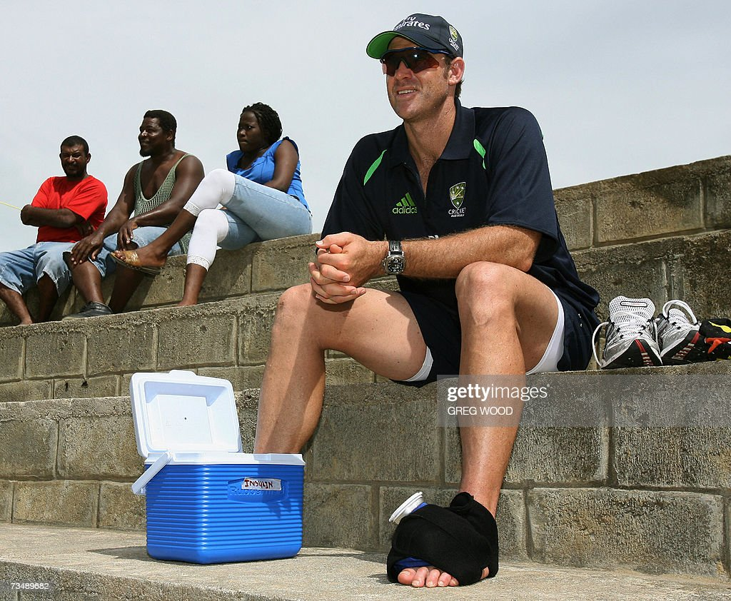 Australian cricketer Matthew Hayden (R)... : News Photo