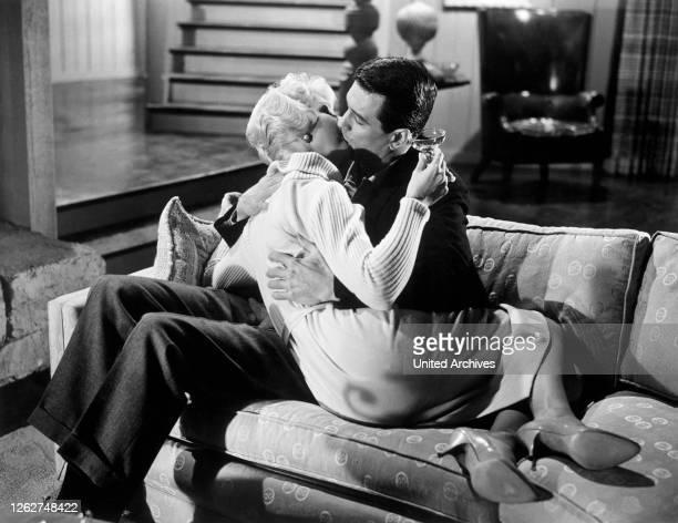 Kino. BETTGEFLÜSTER Pillow Talk USA, 1959 Michael Gordon Kuss-Szene mit DORIS DAY und ROCK HUDSON . Film, Fernsehen, Komödie, Liebesfilm, 50er, Paar,...