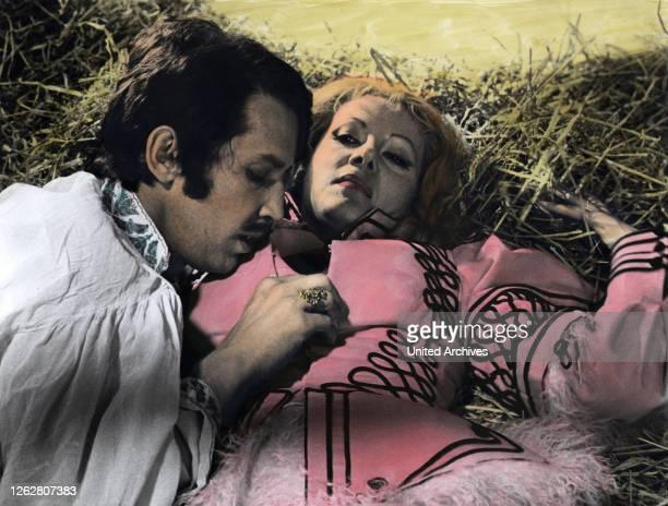 Kino. Comtess des Grauens, USA Regie: Peter Sasdy, MAURICE DENHAM, INGRID PITT, Stichwort: Heu.