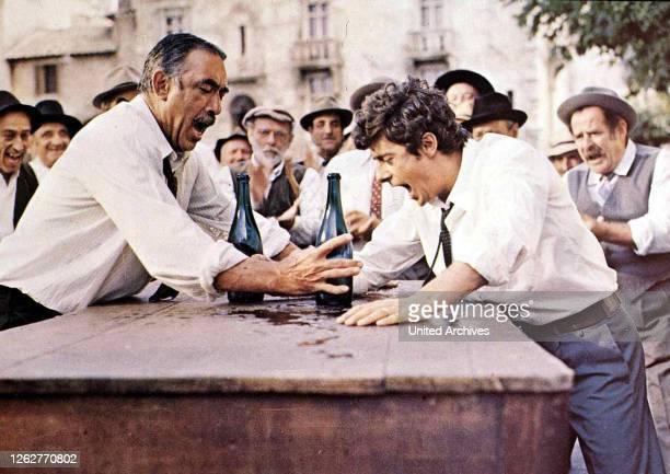 Kino. Das Geheimnis Von Santa Vittoria, 1960er, 1960s, Film , Secret Of Santa Vittoria, The, Weinflaschen, wine bottles, Das Geheimnis Von Santa...