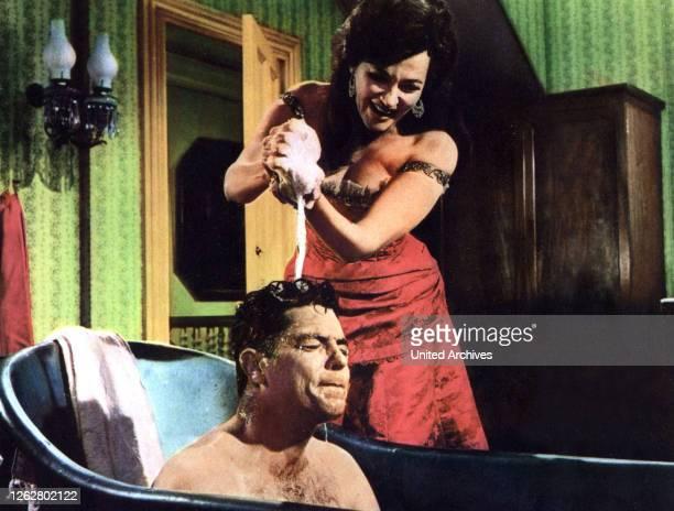 Kino Das Gesetz der Gesetzlosen USA Regie William F Claxton DALE ROBERTSON YVONNE DE CARLO Stichwort Bad Badewanne