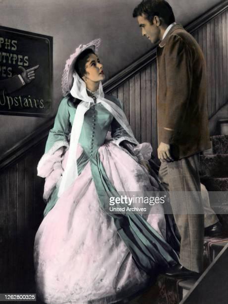 Kino Das Land des Regenbaumes USA Regie Edward Dmytryk ELIZABETH TAYLOR MONTGOMERY CLIFT Stichwort Kleid Treppe
