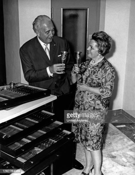 Kino. Die Schauspielerin Magda Schneider und Ehemann Hans Herbert Blatzheim mt dem Original Goldbesteck aus dem Berliner Hotel Adlon, Deutschland,...