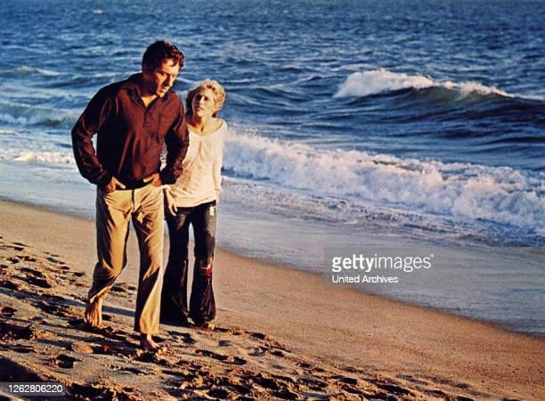 Kino. Fluchtpunkt San Francisco, USA Regie: Richard C. Sarafian, BARRY NEWMAN, VICTORIA MEDLIN, Stichwort: Paar, Strand, Spaziergang, Meer, Brandung.