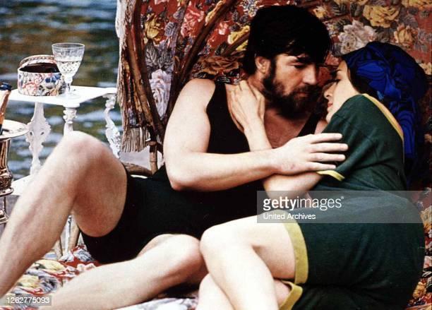 Kino. Liebende Frauen, Women In Love, Liebende Frauen, Women In Love, Alan Bates, Eleanor Bron Rupert geht mit Hermione auf Tuchfühlung., 1969.