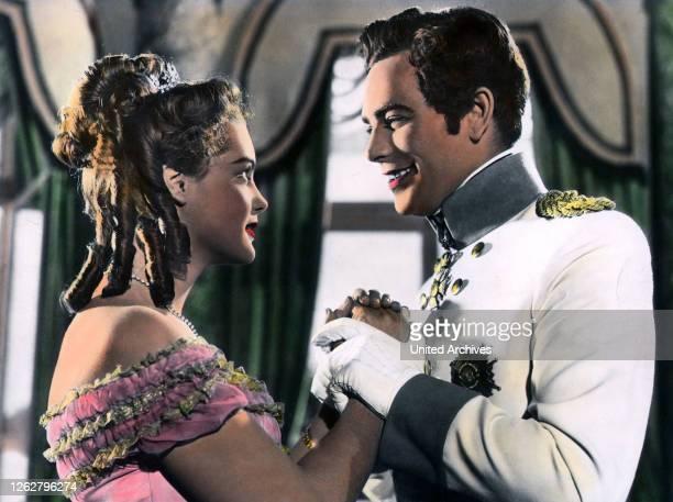 Kino Mädchenjahre einer Königin A Regie Ernst Marischka ROMY SCHNEIDER ADRIAN HOVEN Stichwort Uniform Kleid KK