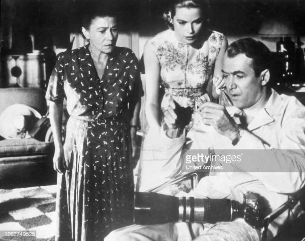 Kino. THELMA RITTER , GRACE KELLY , JAMES STEWART Regie: Alfred Hitchcock / THE REAR WINDOW USA, 1954.