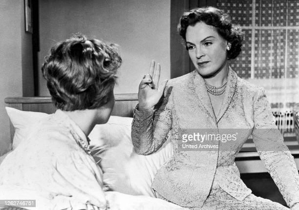 Kino. WENN DER WEISSE FLIEDER WIEDER BLÜHT / Deutschland, 1953 / Hans Deppe ROMY SCHNEIDER gab ihr Leinwanddebüt, 1953 an der Seite ihrer Mutter...