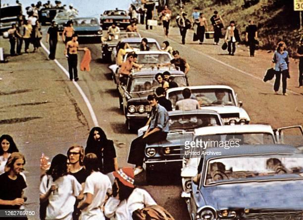 Kino. Woodstock, 1960er, 1960s Auto, Autocade, Autokolonne, Besucher, Motorcade, Woodstock, Woodstock - Three Days Of Love And Music, car, cars,...