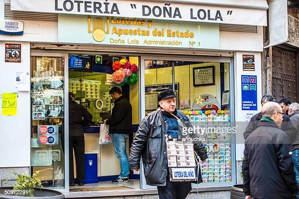 puesto de venta de entradas de lotería en toledo, españa - artículos de lotería fotografías e imágenes de stock