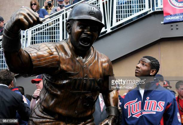 Kirby Puckett Jr son the late Minnesota Twins of Hall of Famer Kirby Puckett looks at a statue of his father after it was unveiled prior to a game...