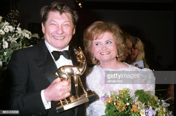 Kirch Leo * Medienunternehmer D mit Hannelore Kohl deren Bambi von 1985 er erstiegert hat waehrend einer Benefizveranstaltung fuer die ZNSStiftung in...