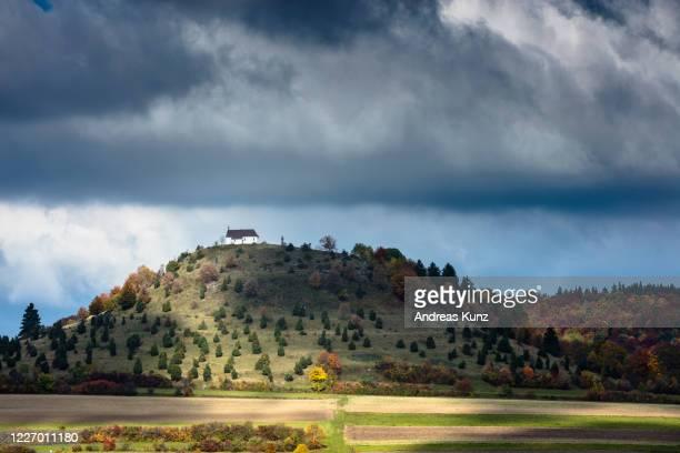 kirche auf berg in nähe von reutlingen in deutschland - kirche ストックフォトと画像