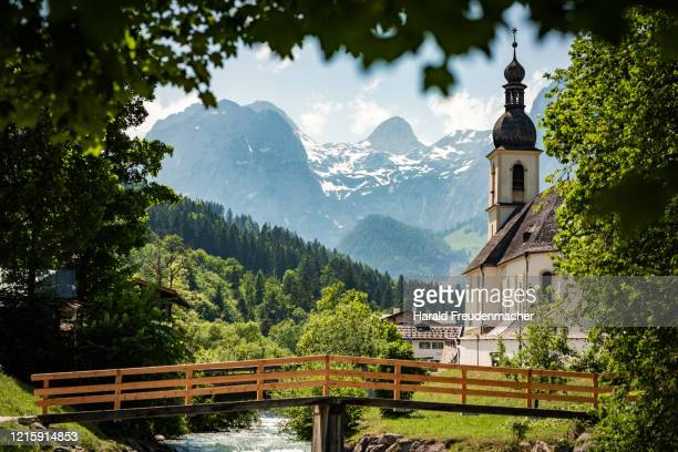 kirche st. sebastian in ramsau bei berchtesgaden im frühling - kirche stock pictures, royalty-free photos & images
