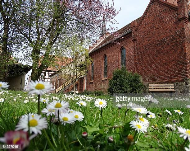 Kirchhof KathKirche StHedwig u Tetzelkapelle in Jueterbog Eine dreischiffige gotische Hallenkirche Im Jahr 1007 wurde die SiedlungJutribocurkundlich...