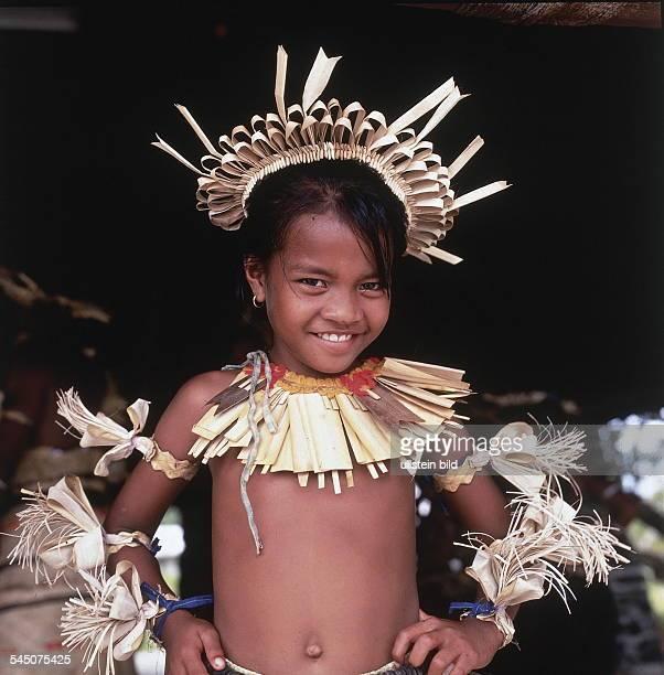 Mädchen von den Christmas Islands in typischer Landestracht 1999