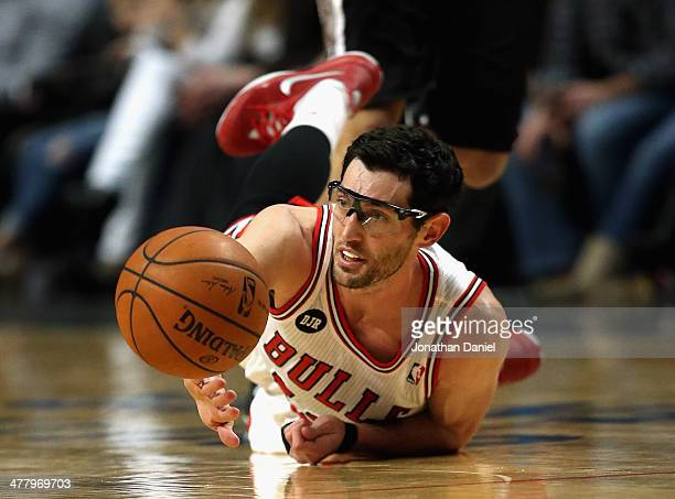 Kirk Hinrich of the Chicago Bulls watches a loose ball get away during a game against the San Antonio Spurs at the United Center on March 11 2014 in...