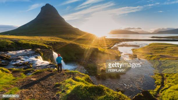 kirkjufell in the morning. - islanda foto e immagini stock