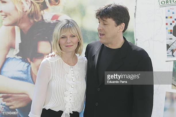 Kirsten Dunst and Cameron Crowe during Elizabethtown Madrid Photocall at Santo Mauro Hotel in Madrid Spain
