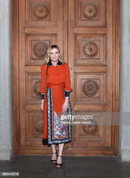 Kirsten Dunst arrives at the Gucci Cruise 2018 fashion show at Palazzo Pitti on May 29 2017 in Florence Italy