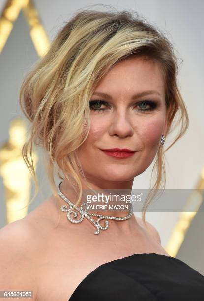Kirsten Dunst arrives on the red carpet for the 89th Oscars on February 26 2017 in Hollywood California / AFP / VALERIE MACON