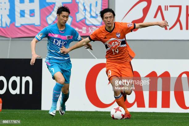 Kisho Yano of Albirex Niigata and Daichi Kamada of Sagan Tosu compete for the ball during the JLeague J1 match between Sagan Tosu and Albirex Niigata...