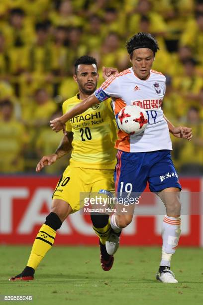 Kisho Yano of Albirex Niigata controls the ball under pressure of Ramon Lopes of Kashiwa Reysol during the JLeague J1 match between Kashiwa Reysol...