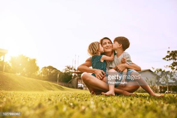 beije a entrega para a mãe! - mother - fotografias e filmes do acervo