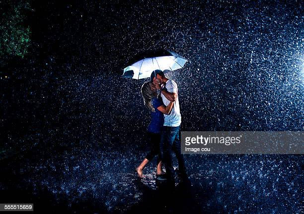 kiss in the rain - couples kissing shower stock pictures, royalty-free photos & images