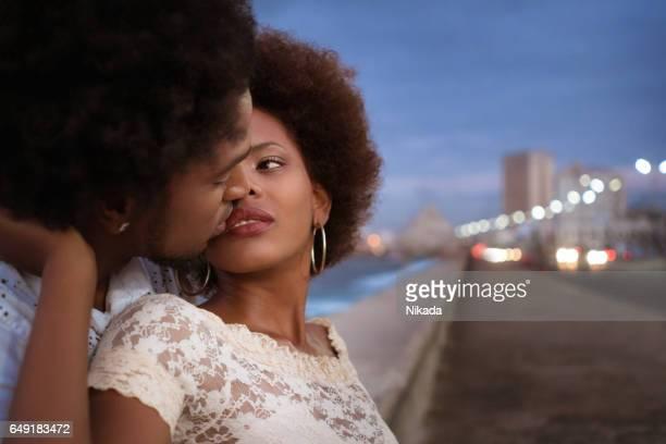 paar in Havanna, Sonnenuntergang am Malecon küssen