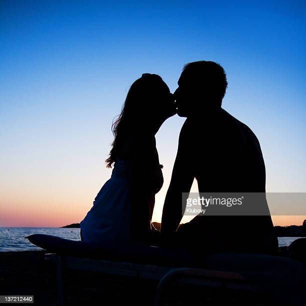 Beso pareja en silueta
