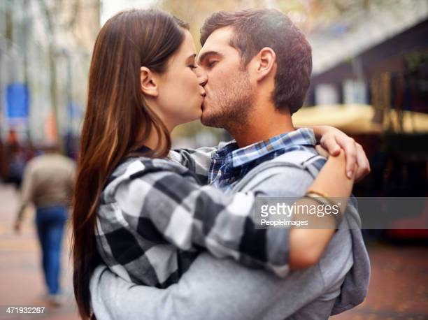 kissing in the streets - kiss stockfoto's en -beelden