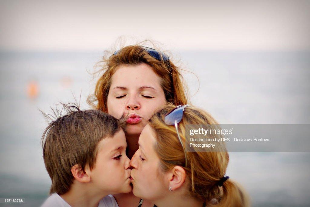 Kissing mommy : Foto de stock