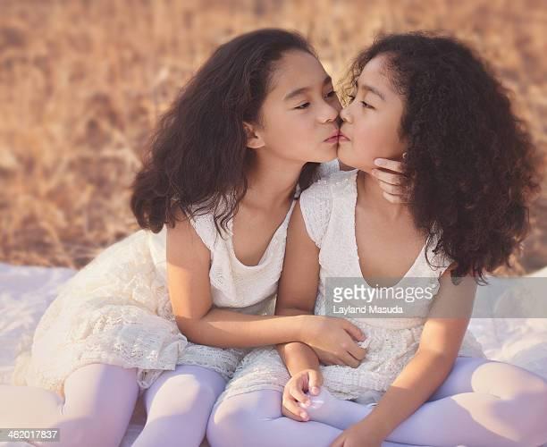kissing sister - sister - fotografias e filmes do acervo