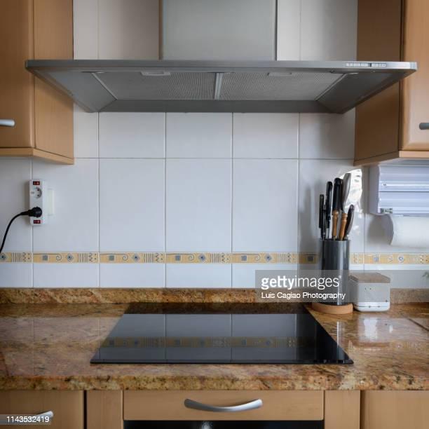 kitchen and extractor hood - ventola di aspirazione foto e immagini stock