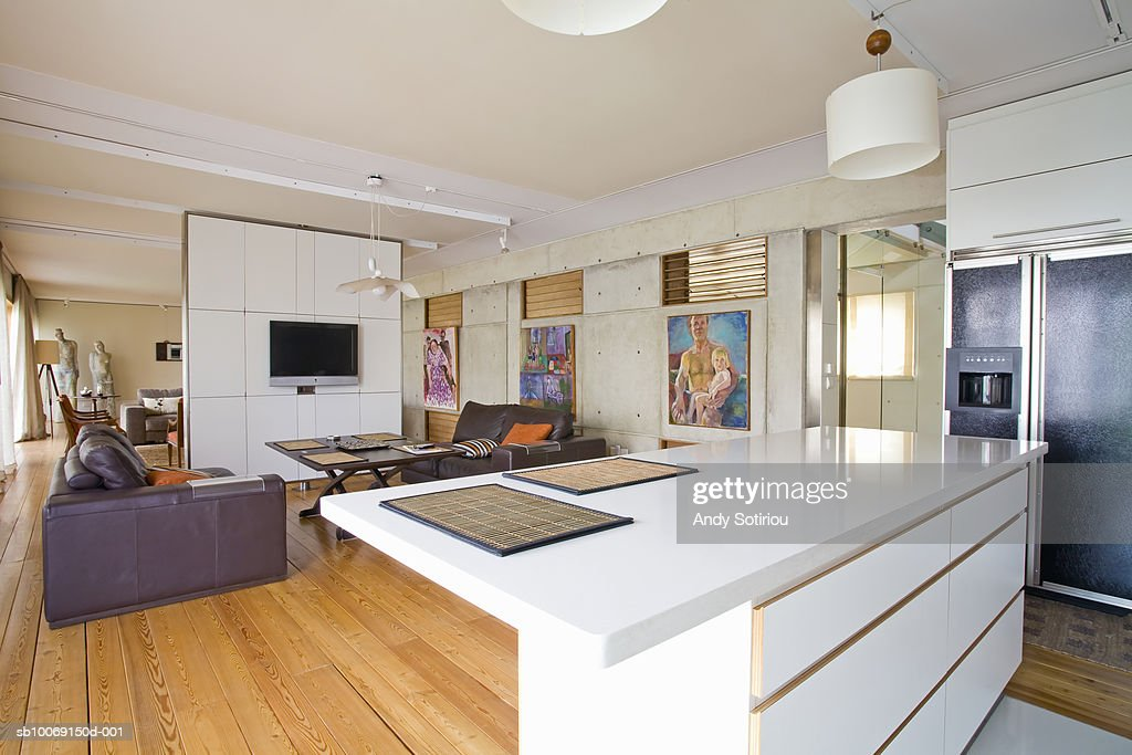 Kitchen and family room of contemporary house : Stockfoto