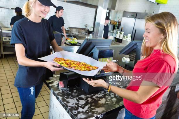 Cuisine et le personnel d'attente desservant des clients dans le Restaurant de Fast Food