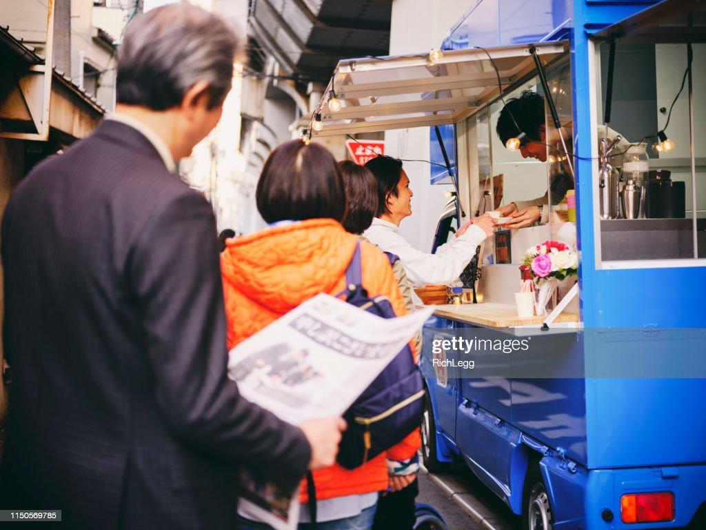 東京の路上にあるキッチンカーのフードトラック : ストックフォト