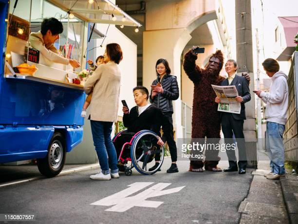 küche car food truck auf der straße in tokio japan - bigfoot stock-fotos und bilder
