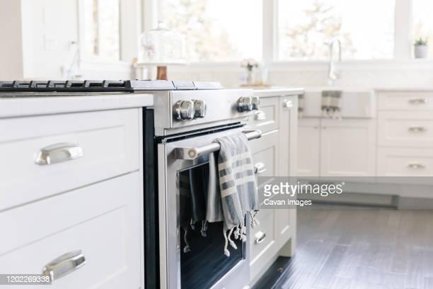 kitchen close up of stove - trapo de cocina fotografías e imágenes de stock