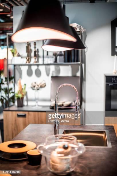茶色の木製のトーンのシンクを備えたキッチンカウンタートップ - 家庭の備品 ストックフォトと画像