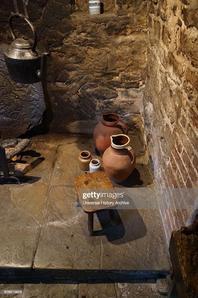 Kitchen hearth inside Anne Hathaway's Cottage, : Fotografía de noticias