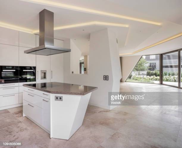 kitchen in a modern villa - afzuigapparaat stockfoto's en -beelden