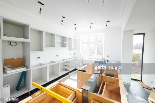 progresso de instalação de cozinha - bancada de cozinha mobília - fotografias e filmes do acervo