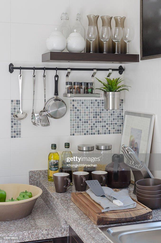 Sala de cozinha com utensílios no balcão : Foto de stock