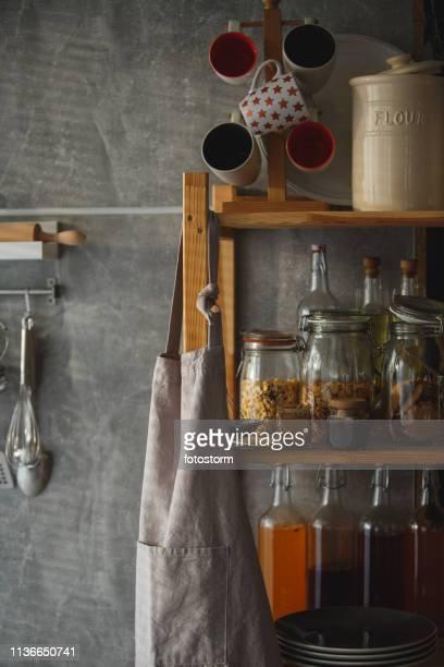 küchenregal mit küchenutensilien - küchenbedarf stock-fotos und bilder