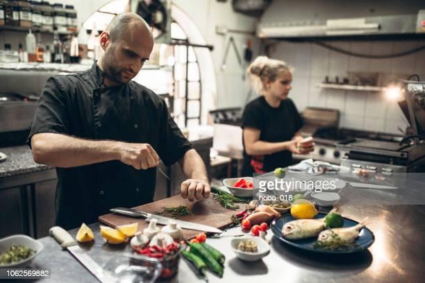 keuken teamwerk - vegetarisch gerecht stockfoto's en -beelden