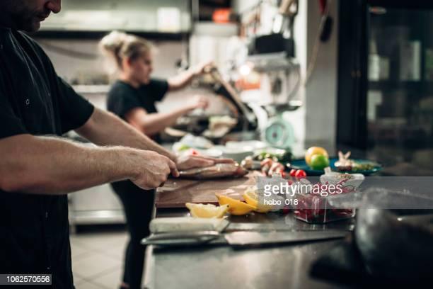 travail d'équipe de cuisine - accompagnement photos et images de collection