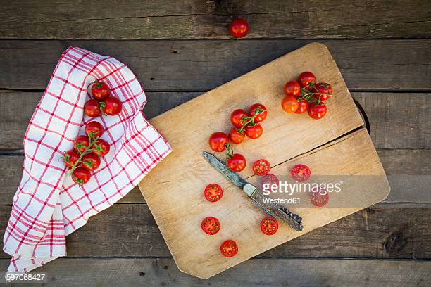 kitchen towel and sliced and whole tomatoes on chopping board - dish towel stock pictures, royalty-free photos & images